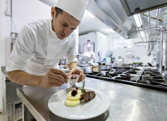 """Come cucinare il capretto per Pasqua? Nuova videopuntata di """"A Casa dello Chef"""" con Ugo Facciola"""